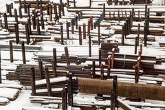In openlucht industrieel pakhuis van gebe?indigde staalpijpen en metaalproducten Opslagplaats in de wintertijd royalty-vrije stock foto