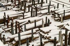 In openlucht industrieel pakhuis van gebe?indigde staalpijpen en metaalproducten royalty-vrije stock afbeelding
