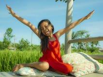 In openlucht kleedde het levensstijlportret zich van het mooie en zoete jonge meisje gelukkig en vrolijk glimlachen, het opgewekt royalty-vrije stock fotografie