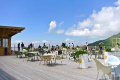 In openlucht koffie bovenop berg met toeristen stock foto
