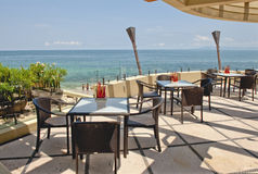 Openlucht koffie die oceaan overziet Royalty-vrije Stock Fotografie