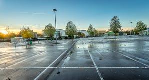 Openlucht leeg parkeerterrein bij zonsopgang Stock Fotografie
