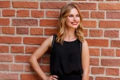 In openlucht manierportret van mooie blondevrouw met rode lippenstift Stock Foto