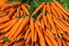 Openlucht markt met verse wortelen in Parijs Stock Afbeeldingen