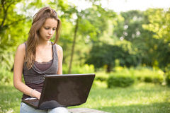 In openlucht met haar laptop. Stock Fotografie