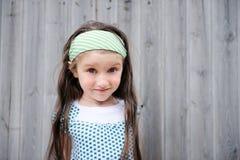 In openlucht portret van aanbiddelijk verbaasd kindmeisje Stock Foto