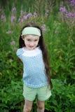 In openlucht portret van aanbiddelijk verbaasd kindmeisje Stock Fotografie