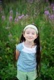 In openlucht portret van aanbiddelijk verbaasd kindmeisje Royalty-vrije Stock Afbeelding