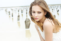 In openlucht portret van een mooie jonge vrouw Stock Afbeelding