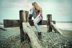 In openlucht portret van een mooie jonge vrouw Stock Fotografie