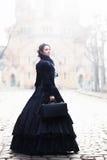 In openlucht portret van een victorian dame in zwarte stock afbeelding