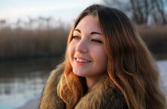 In openlucht portret van jong mooi glimlachend meisje met rode wangen in de winter dichtbij het bevroren meer royalty-vrije stock foto