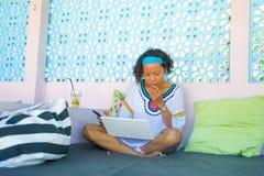 In openlucht portret van jonge aantrekkelijke en gelukkige hipster die vrouw die online met laptop computer koele koffiewinkel be stock afbeelding