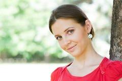 In openlucht portret van jonge donkerbruine vrouw. Royalty-vrije Stock Foto's