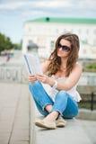 Jonge vrouw met maniertijdschrift royalty-vrije stock foto's