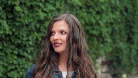 In openlucht portret van mooi jong donkerbruin meisje stock video