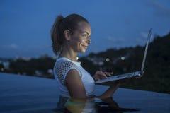 In openlucht portret van mooie blondevrouw met laptop computer Stock Foto