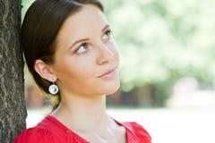 In openlucht portret van mooie jonge brunette. Stock Afbeeldingen