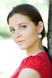 In openlucht portret van mooie jonge brunette. Royalty-vrije Stock Foto's