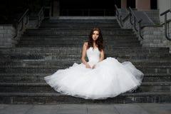 Mooie jonge vrouw in huwelijkskleding Stock Fotografie
