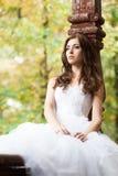 Mooie jonge vrouw in huwelijkskleding Stock Afbeeldingen