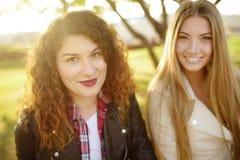 In openlucht portret van verrukkelijke jonge vrouw twee Verscheidenheid van vrouwelijke schoonheid stock foto's