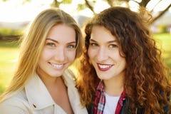 In openlucht portret van verrukkelijke jonge vrouw twee Verscheidenheid van vrouwelijke schoonheid stock fotografie