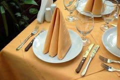 Openlucht restaurantlijst Royalty-vrije Stock Afbeeldingen