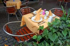 Openlucht restaurantlijst stock foto's