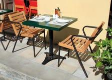 Openlucht restaurantlijst Stock Fotografie