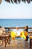 Openlucht restaurantlijst in Griekenland Stock Foto's