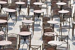 Openlucht restaurantplaatsing Royalty-vrije Stock Afbeeldingen