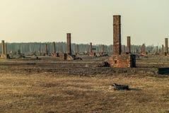 In openlucht, ruïnes en prikkeldraadomheining van beruchte Auschwitz ii-Birkenau, een vroeger kamp van de Naziuitroeiing en nu ee Stock Fotografie