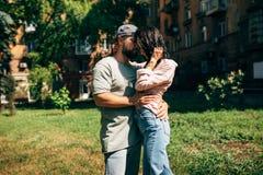 Openlucht sensueel romantisch portret van mooie jonge paar omhelzingen en het kussen op de stereo-installatie van Europese stad stock foto's