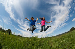 Openlucht springen van jonge geitjes Royalty-vrije Stock Fotografie