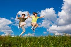Openlucht springen van jonge geitjes Stock Afbeelding