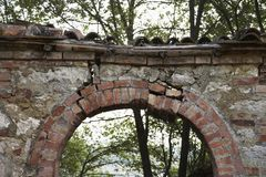 Openlucht steenoverwelfde galerij in Toscanië, Italië. Royalty-vrije Stock Foto's