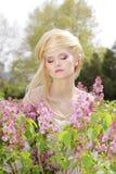 In openlucht tedere blonde vrouw met kapsel Stock Foto