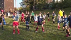 In openlucht trainde de bus jonge atleten stock footage