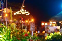 Openlucht tropisch restaurant in nachtlichten Stock Afbeeldingen