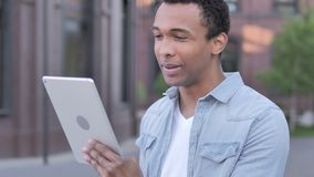 Openlucht videopraatje op tablet door de Afrikaanse mens stock videobeelden