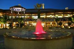 Openlucht wandelgalerij met een fontein Stock Afbeeldingen