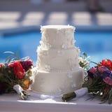 Openlucht witte huwelijkscake stock fotografie