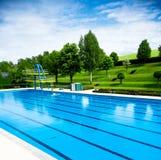 In openlucht zwembad Stock Afbeeldingen