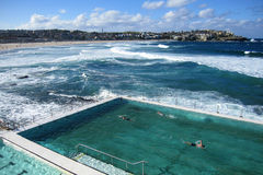 Openlucht zwembad bij bondistrand Royalty-vrije Stock Foto's