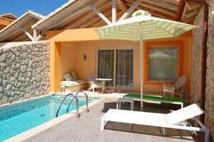 Openlucht zwembad bij luxevilla Stock Fotografie