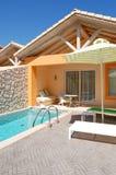 Openlucht zwembad bij luxevilla Stock Afbeeldingen