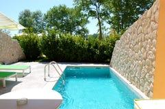 Openlucht zwembad bij luxevilla Royalty-vrije Stock Fotografie