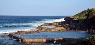 Openlucht zwembad bij Malabar-strand Stock Foto