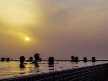 Openlucht zwembad bij zonsondergang stock afbeelding